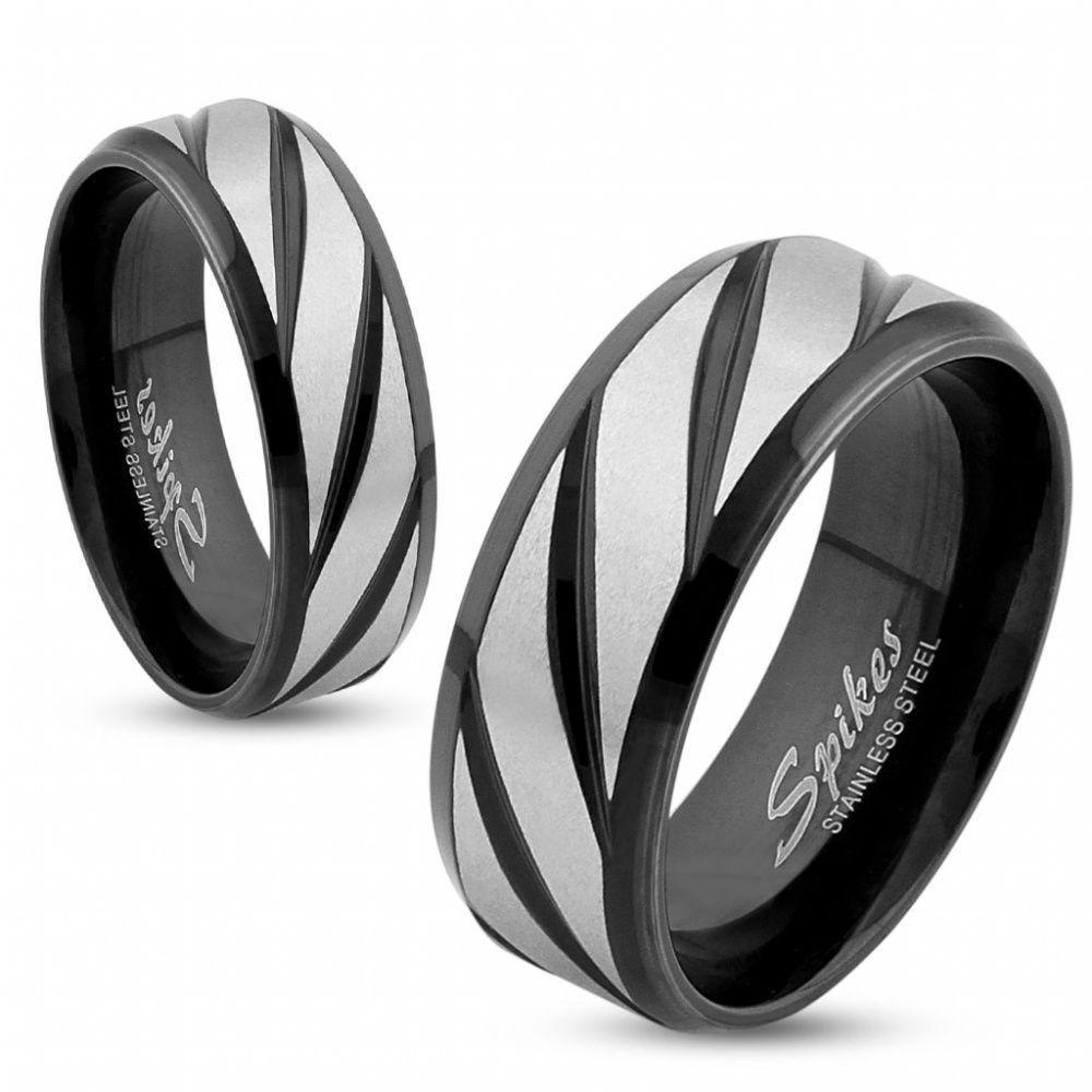 Кольцо с диагональными чёрными полосками на матовом стальном фоне